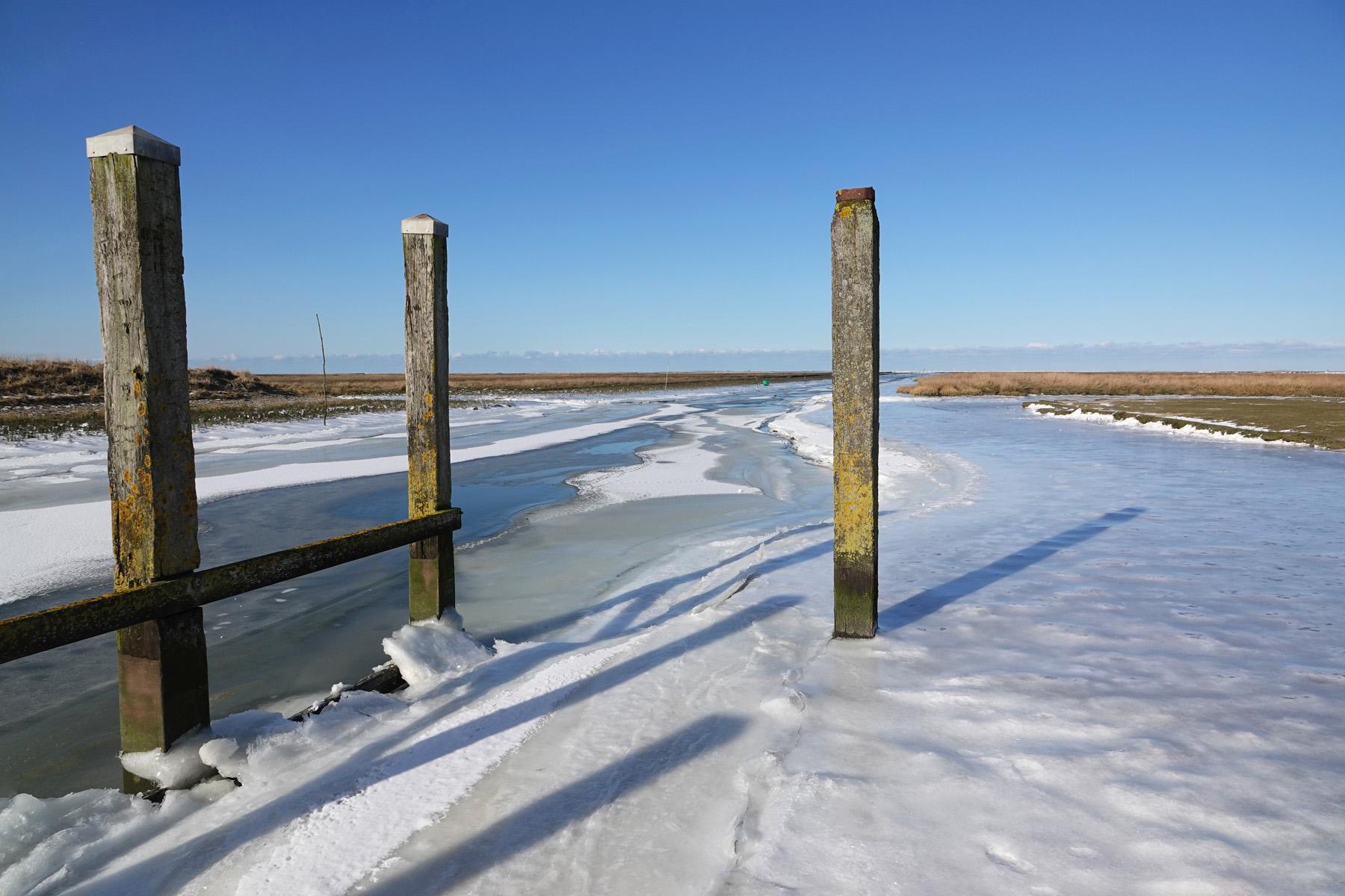 Bevroren haven Noordpolderzijl (Waddenzee)